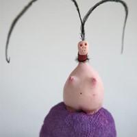 petite créature aux antennes,5, résine, plume, huile, encre, 2012
