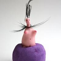petite créature 6, résine, plume, huile, encre, 12cm, 2012